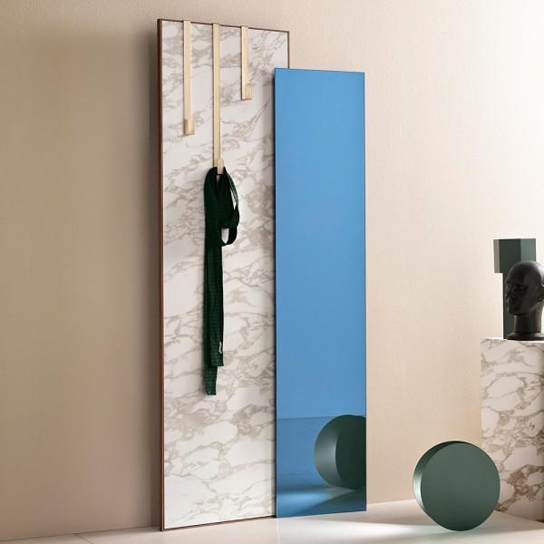 blauer Spiegel und Calacatta Keramik
